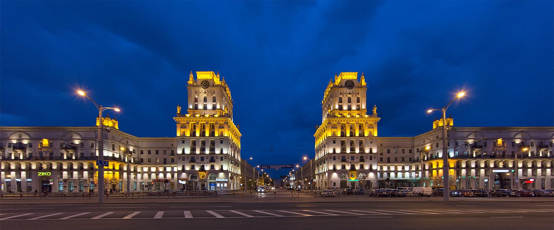 Bahnhofsvorplatz zur Blauen Stunde in Minsk