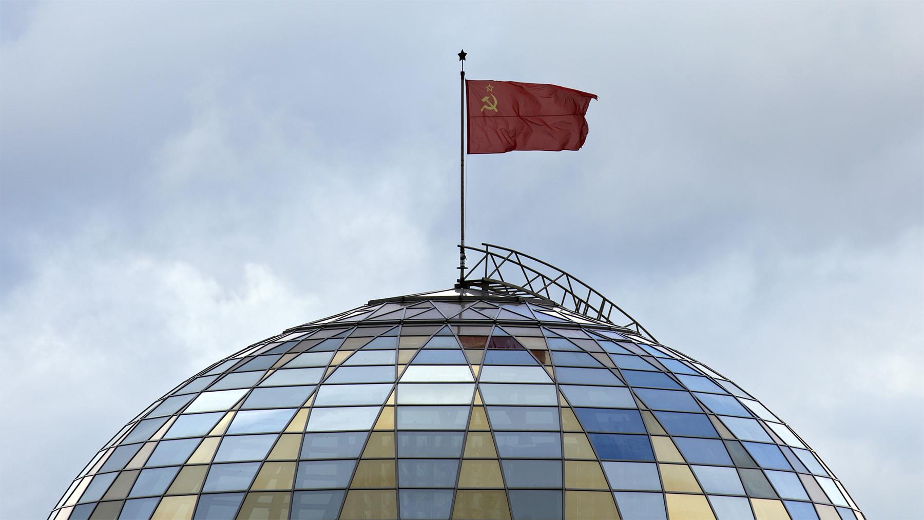 Staatsflagge der Sowjetunion über dem Dach des Museums für die Geschichte des Großen Vaterländischen Krieges in Minsk