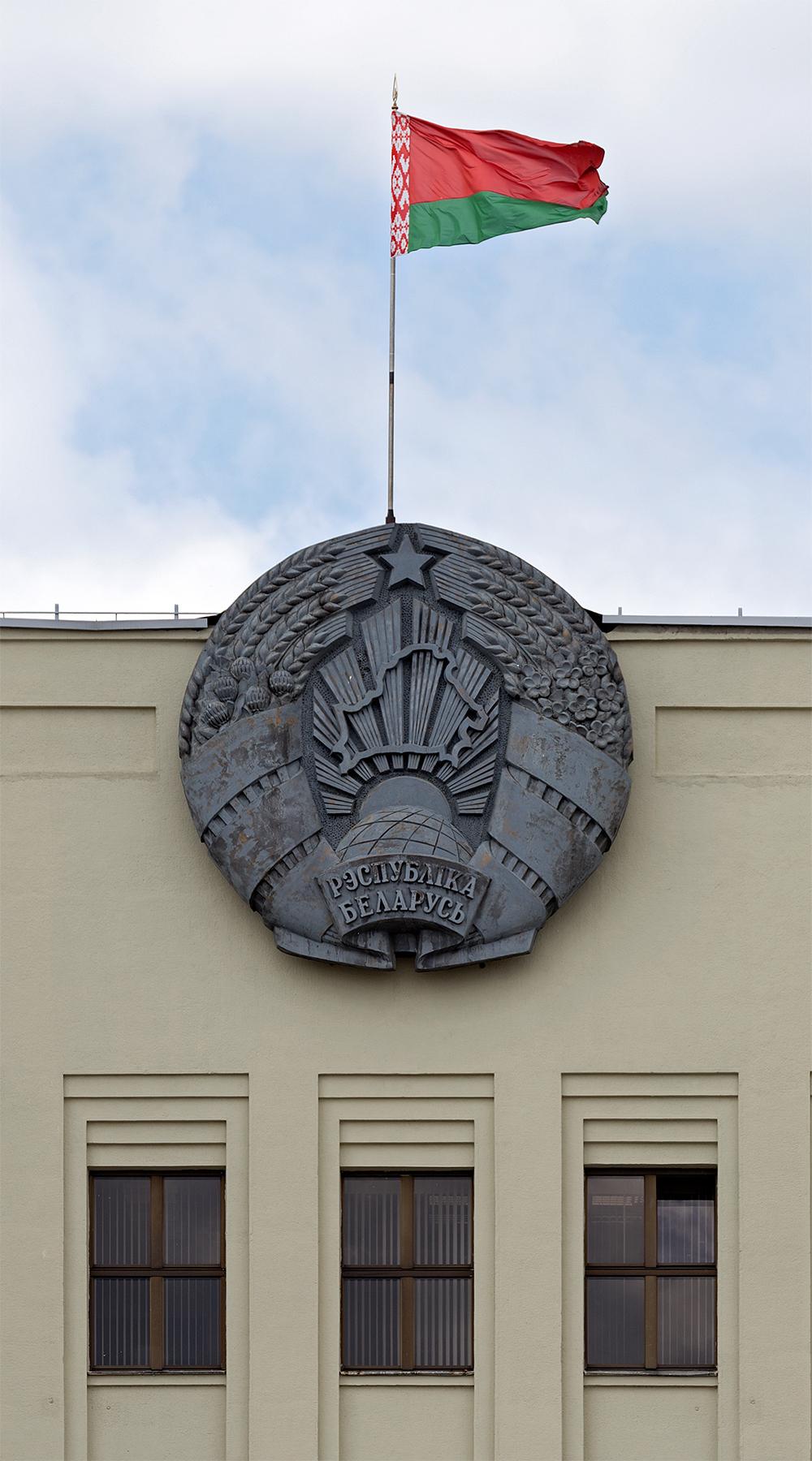 Staatswappen und Staatsflagge der Republik Belarus in Minsk