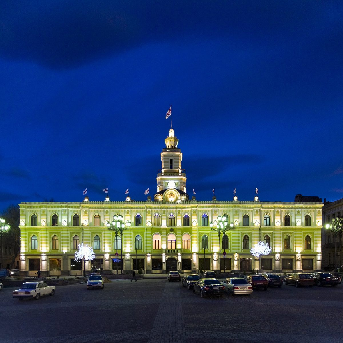 Rathaus in Tiflis zur Blauen Stunde