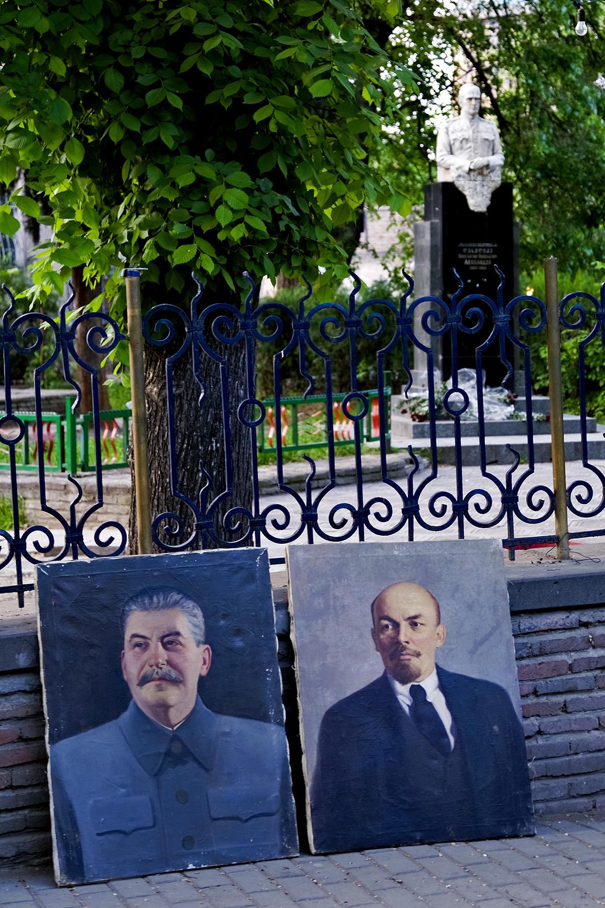 Portraits Stalins und Lenins auf einem Straßenmarkt in Tiflis