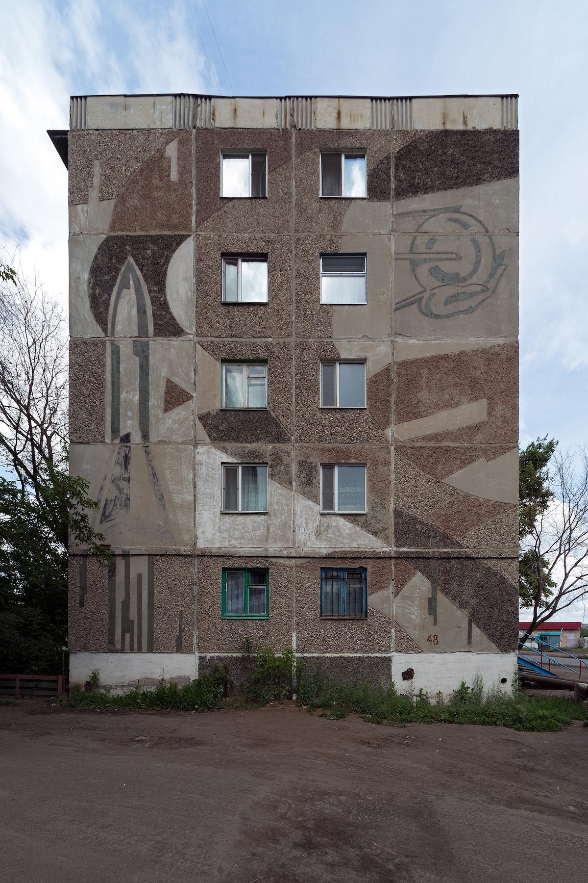 Rakete und Sputnik als Fassadenschmuck