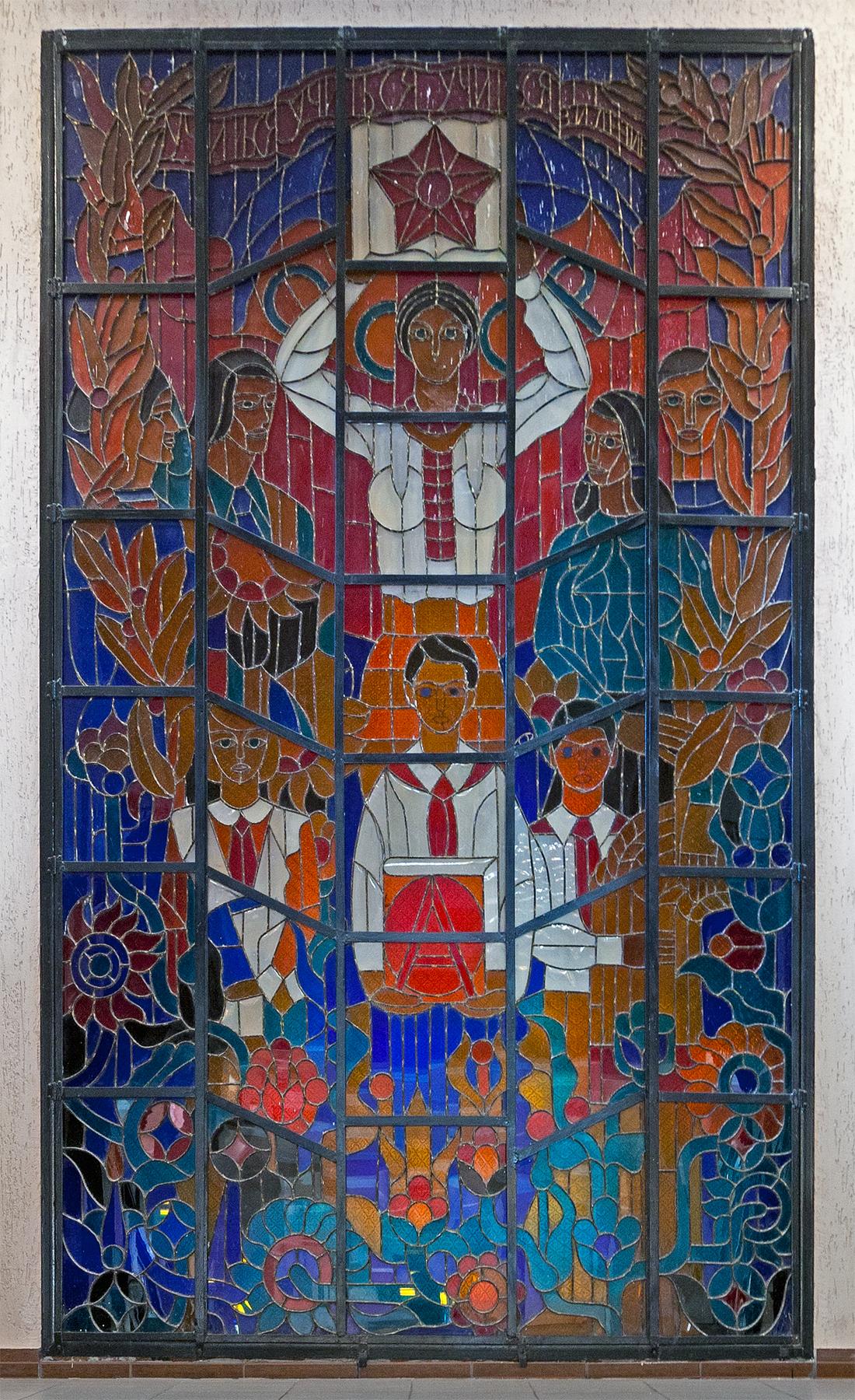 sowjetisches Bleiglasfenster mit Pionieren in Tiraspol