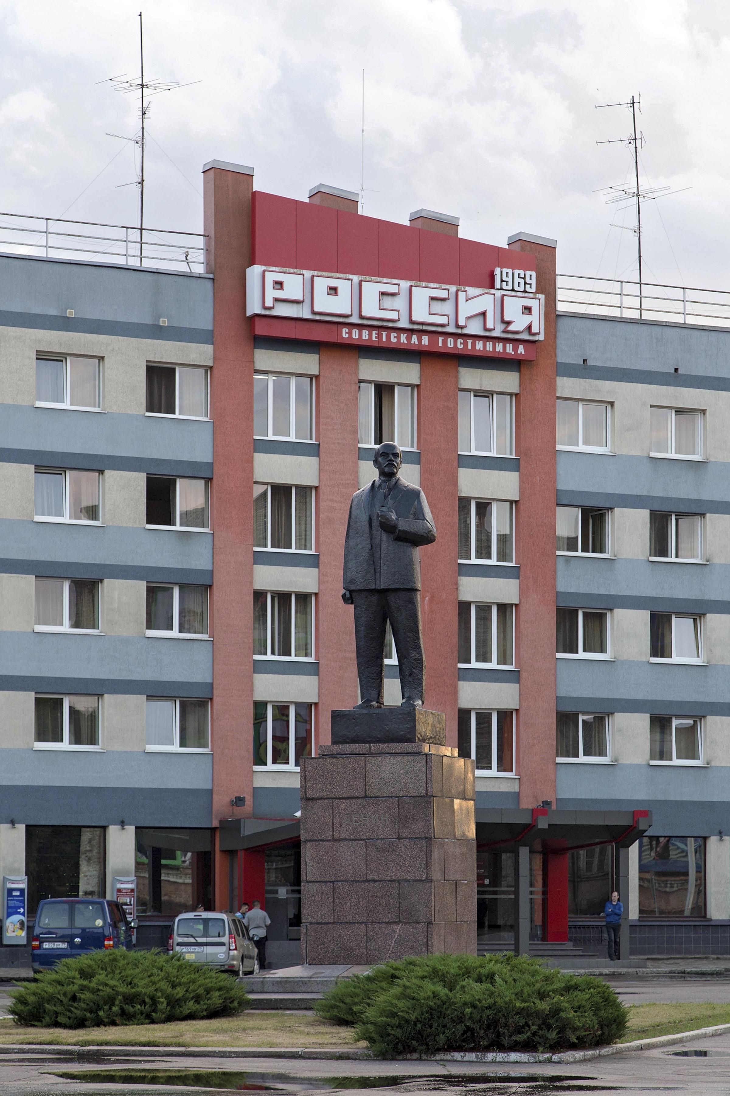 Lenin-Denkmal vor dem Hotel Rossija in Sowetsk