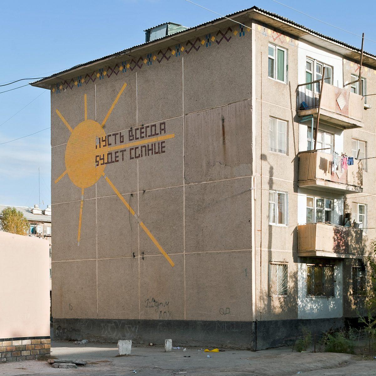 """Fassadenmosaik mit der Inschrift """"Immer scheine die Sonne"""""""