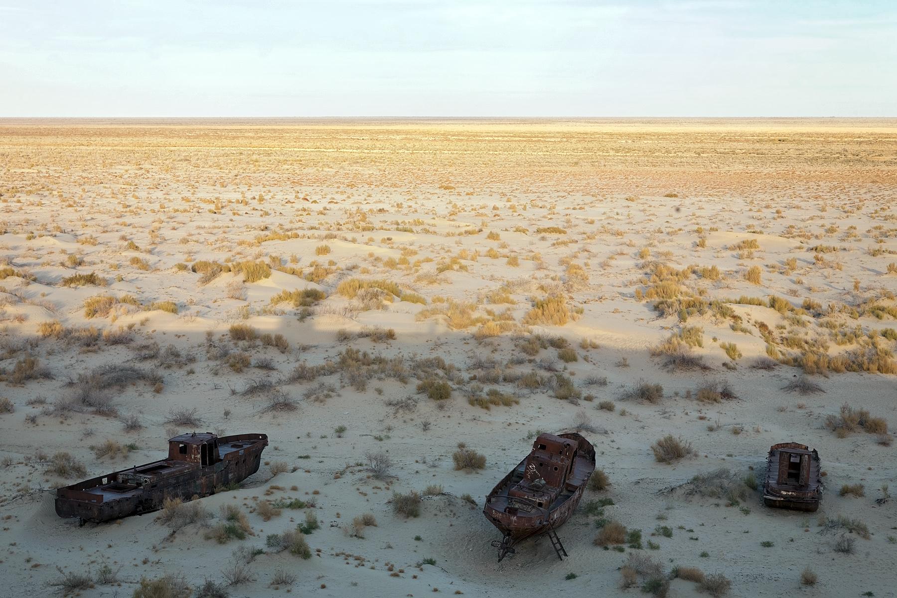Schiffswracks auf dem ehemaligen Seeboden des Aral-Sees